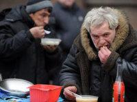Бедняки в благотворительной столовой. Фото ©AFP