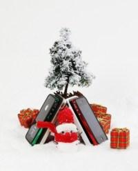 Айфоны под ёлкой ©sgpstore.com