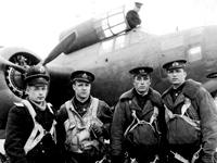 Фото: Лейтенант Моисеев К.И. с экипажем