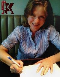 Валерия Олюнина подписывает свою книгу.